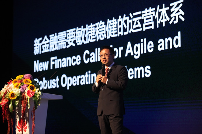 """图片1:华为企业BG Marketing与解决方案销售总裁何达炳做""""重塑IT,激活全渠道金融价值""""主题演讲"""