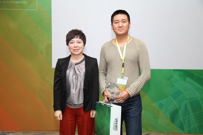 Veeam 年度新星奖(从左到右:Veeam 中国区总经理卢江虹,北京拓实科技有限公司代表)